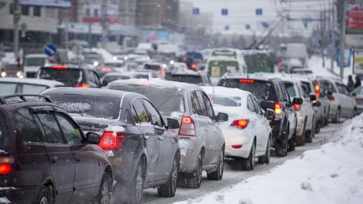 В первый день весны снег погрузил город в 9-балльные пробки