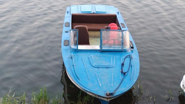 Лодка с одиноким мальчиком терпела бедствие возле Николаевского моста