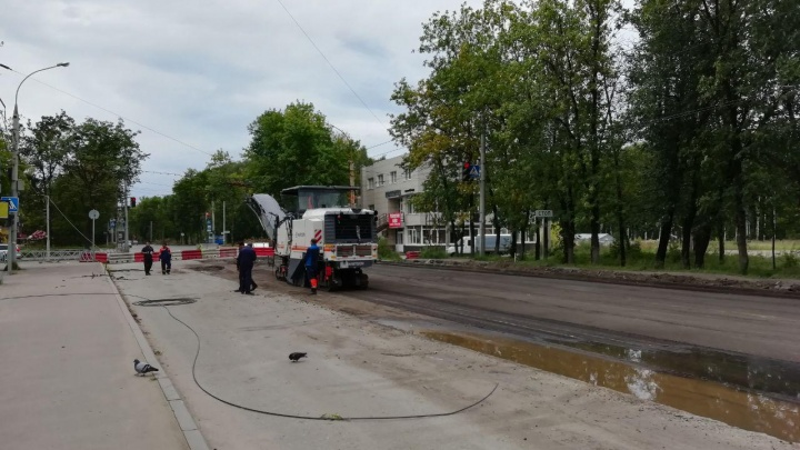 «Контракт рассчитан на два года»: укладку асфальта на Тутаевском шоссе могут перенести на весну