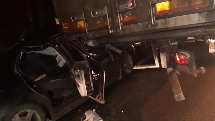 На Пермском тракте Saab влетел под грузовик, два человека в больнице