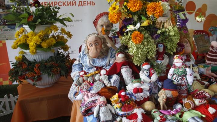 Десятки новосибирцев пришли в Первомайский сквер, чтобы собрать красивые букеты и поесть пирожков