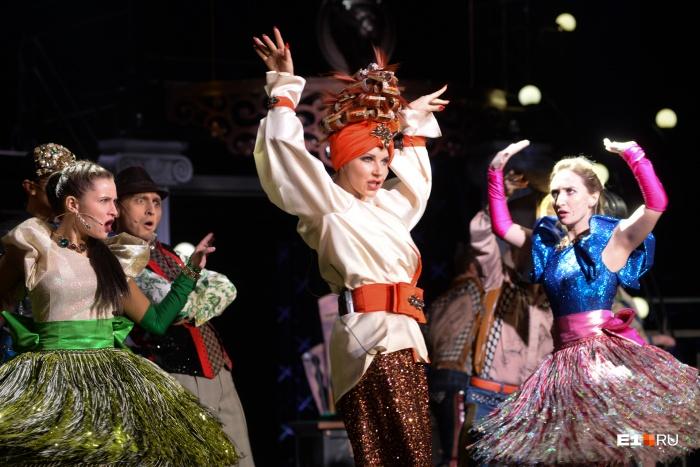 Много танцев и ярких нарядов — то, из чего состоит мюзикл