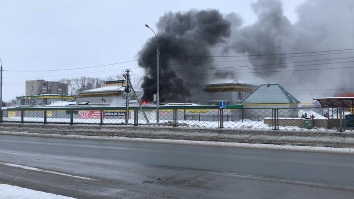 На рынке под Новосибирском случился крупный пожар: пострадала женщина