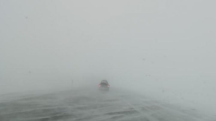 «Снег, метели, очень сильный ветер»: пока в Челябинске спокойно, за городом бушует непогода