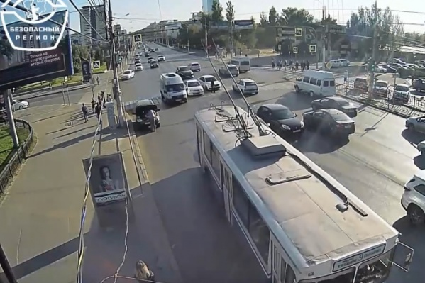 Пешеход уверенно шел по пешеходному переходу на красный
