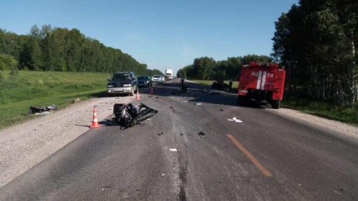 Опасный обгон: три человека погибли в лобовом столкновении с грузовиком на трассе