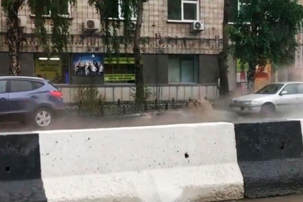 Видео с бьющей из-под асфальта струёй появилось наYouTube