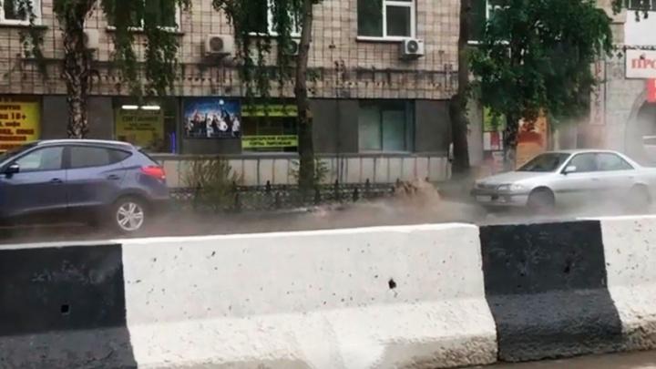 Видео: на Сухом логу из-под асфальта забил фонтан