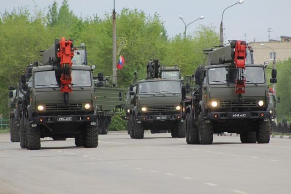 Военные автокраны и экскаваторы впервые продут в парадных колоннах