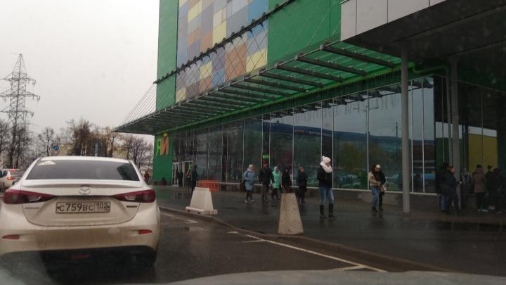 В Уфе во время пожарной тревоги в торговом центр «ЯЙ» на женщину упал потолок