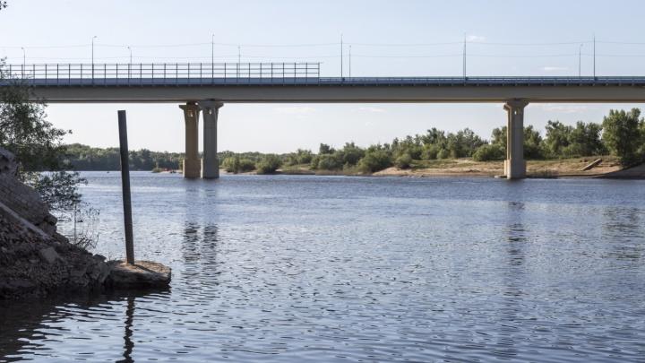 Строят 10 лет, починить должны за 15 дней: подрядчика заставили ремонтировать мост через Ахтубу