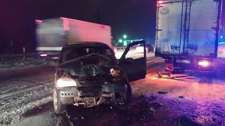 В Самарской области из-за снегопада водитель Chevrolet врезался в «холодильник»