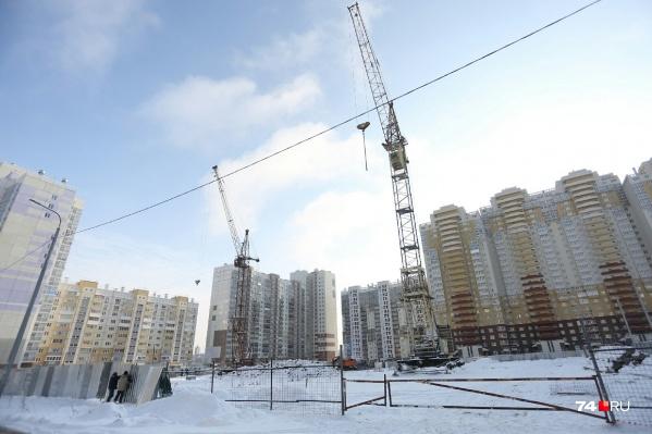На площадке уже установили два башенных крана