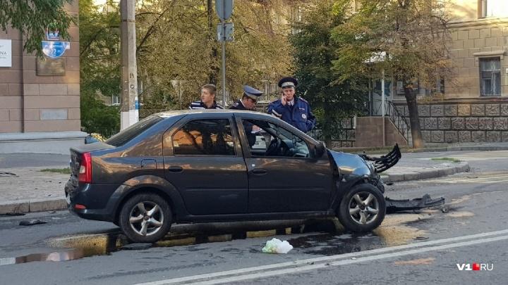 «Водителя выбросило через дверь»: в центре Волгограда столкнулись легковушка и внедорожник
