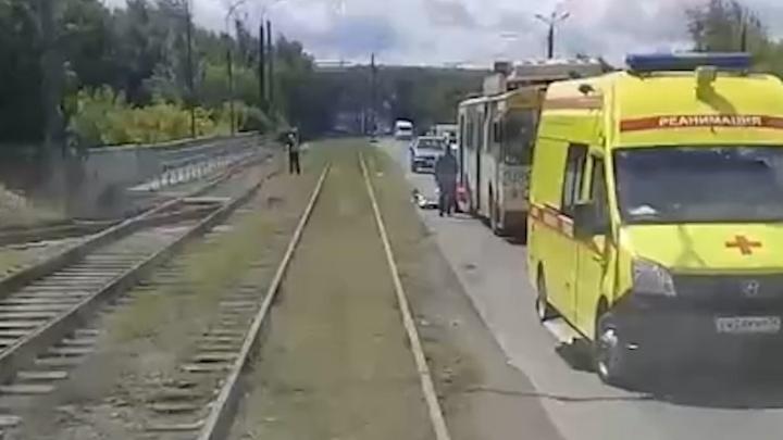 «Был в шортах и с голым торсом»: в Челябинске троллейбус насмерть сбил мужчину