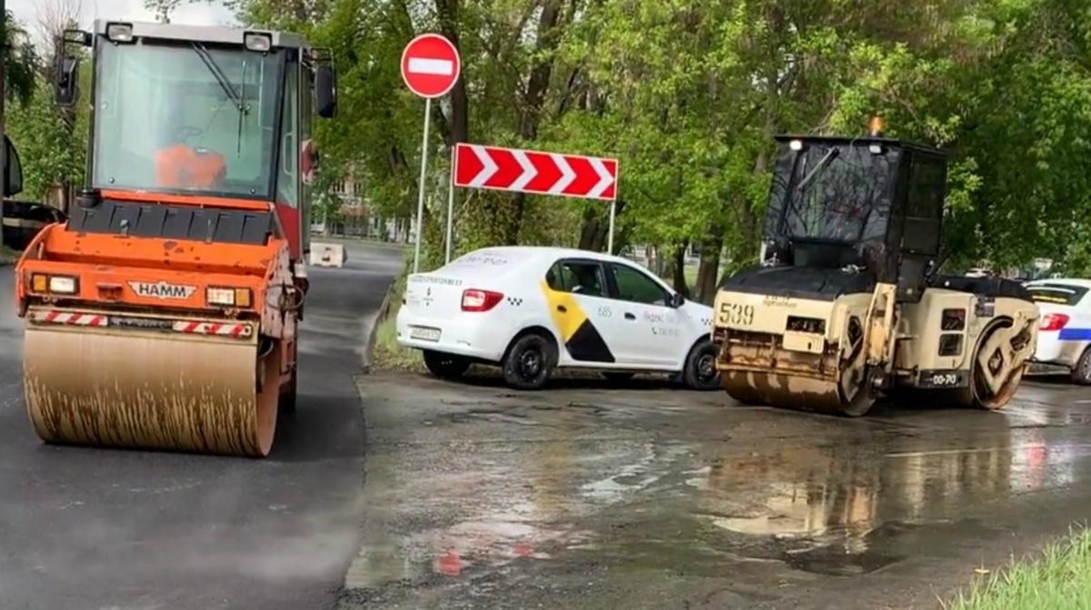 Дорожников не испугал дождь, и они продолжили работу