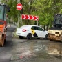 «Через три месяца эта дорога начнёт рассыпаться»: в Челябинске подрядчики укладывали асфальт в дождь