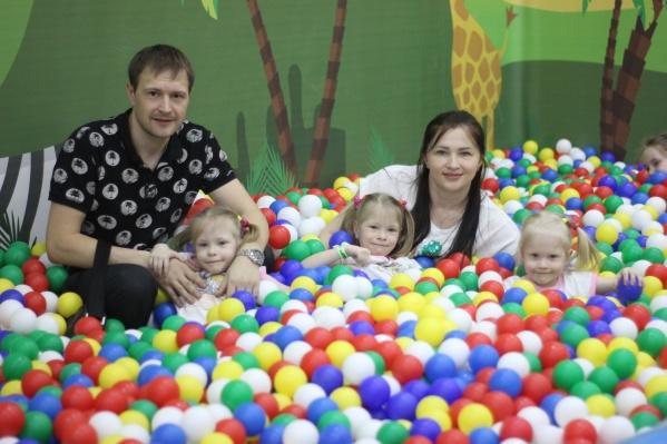 Екатерина и Сергей Смирновы воспитывают сразу тройню
