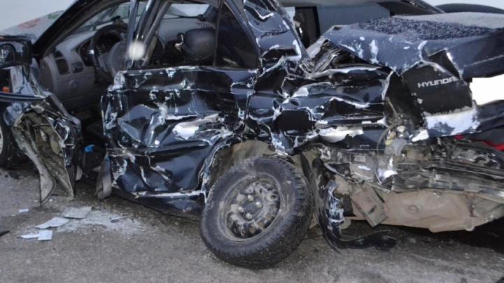 В Уфе спасатели вытащили из раскуроченной машины водителя