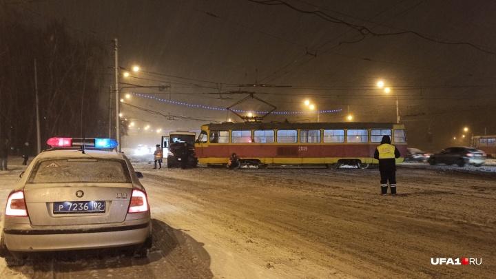 На проспекте Октября в Уфе столкнулись трамвай и маршрутка