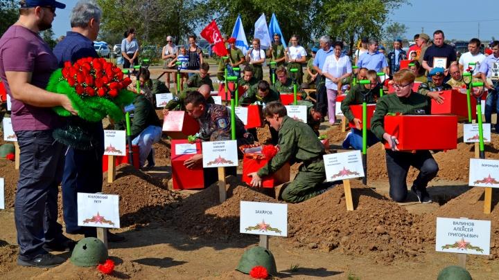 «Расскажите родным, что я погиб»: на кладбище в Россошках похоронили полк защитников Сталинграда
