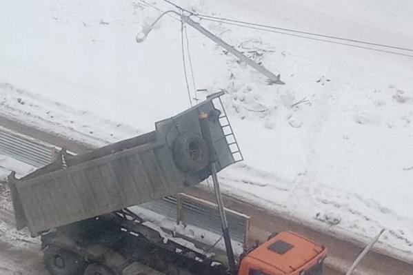 Спецмашина работала на строительстве дороги на улице Комсомольской