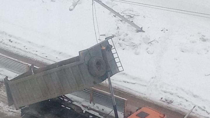 Читатель UFA1.RU: в Уфе дорожные строители уронили опору уличного освещения и оборвали провода