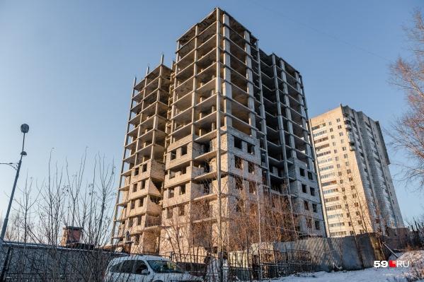 Такой «скелет» на улице Толмачева стоит уже давно