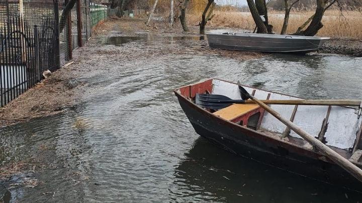 В Азове из-за сильного ветра затопило городской пляж