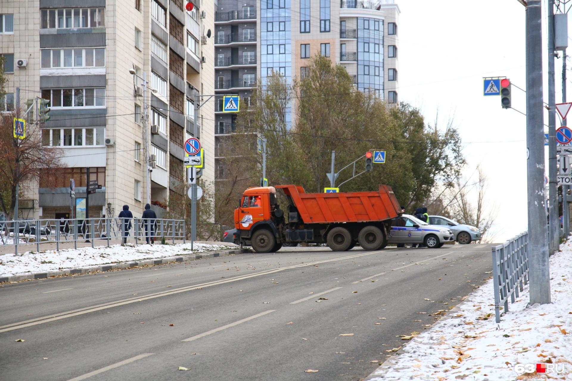 """В целях безопасности <a href=""""https://63.ru/text/sport/66276124/"""" target=""""_blank"""" class=""""_"""">перекрыли несколько улиц</a>"""