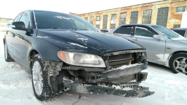 Новосибирец оставил Volvo на автомойке, а через несколько часов нашёл его разбитым на штрафстоянке