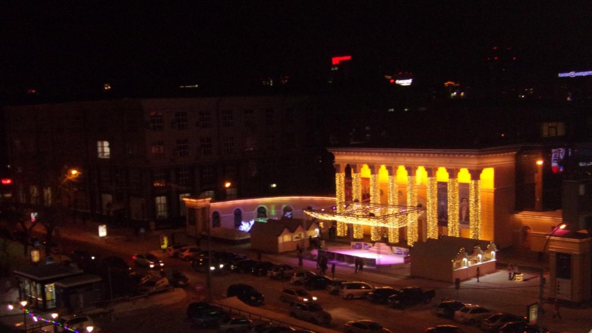 Перед кинотеатром «Победа» залили каток и включили новогоднюю иллюминацию