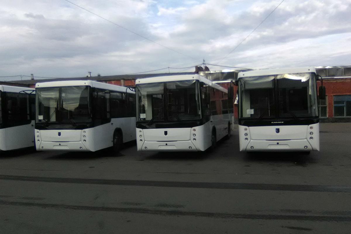 Новые автобусы сейчас стоят на площадках компании-перевозчика
