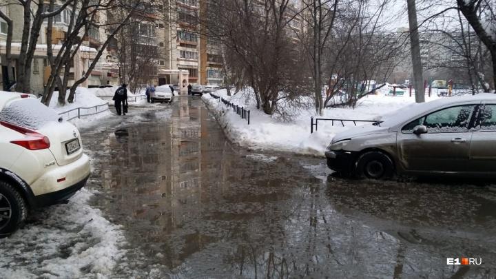 По дорогам текут реки: на ЖБИ из-за прорыва труб несколько улиц залило водой