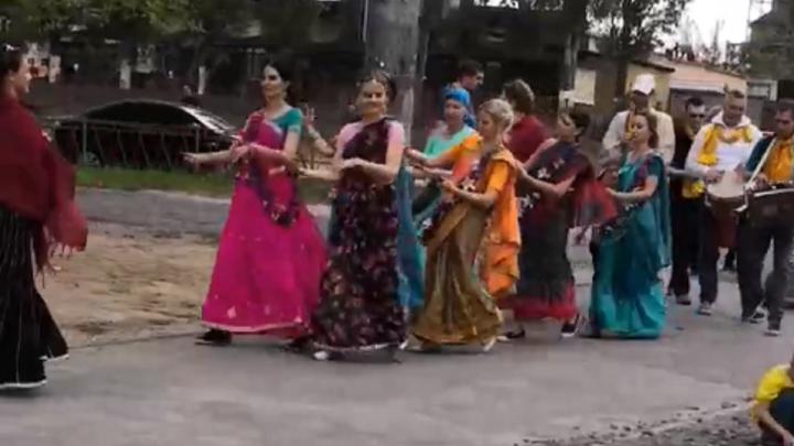 «Мы прославляем бога»: поющие кришнаиты в ярких сари удивили волгоградцев
