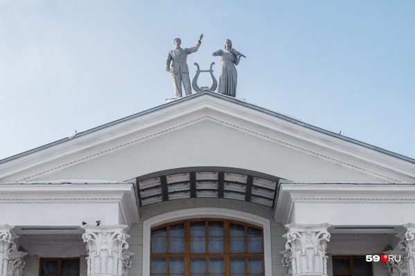 Над фронтоном ДК Солдатова — скульптуры актёра и скрипачки. 20 мая здесь откроют Дягилевский фестиваль и выступит оркестр MusicAeterna