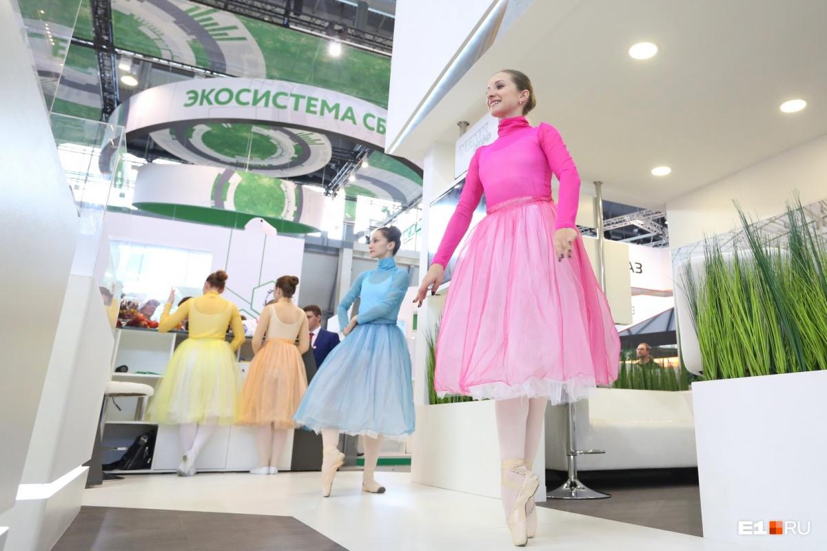 Каждая компания на «Иннопроме» пытается хоть как-то выделиться на фоне конкурентов. УГМК, например, позвала на свой стенд балерин«УралОпераБалета»