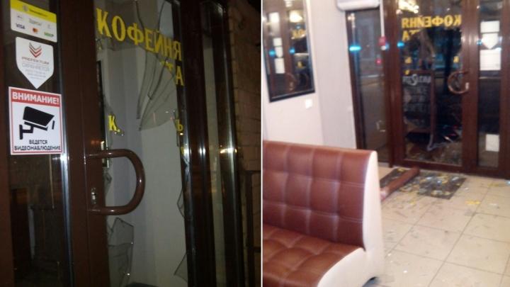 В Самаре неизвестные кинули трубу в витрину кофейни на Ново-Садовой
