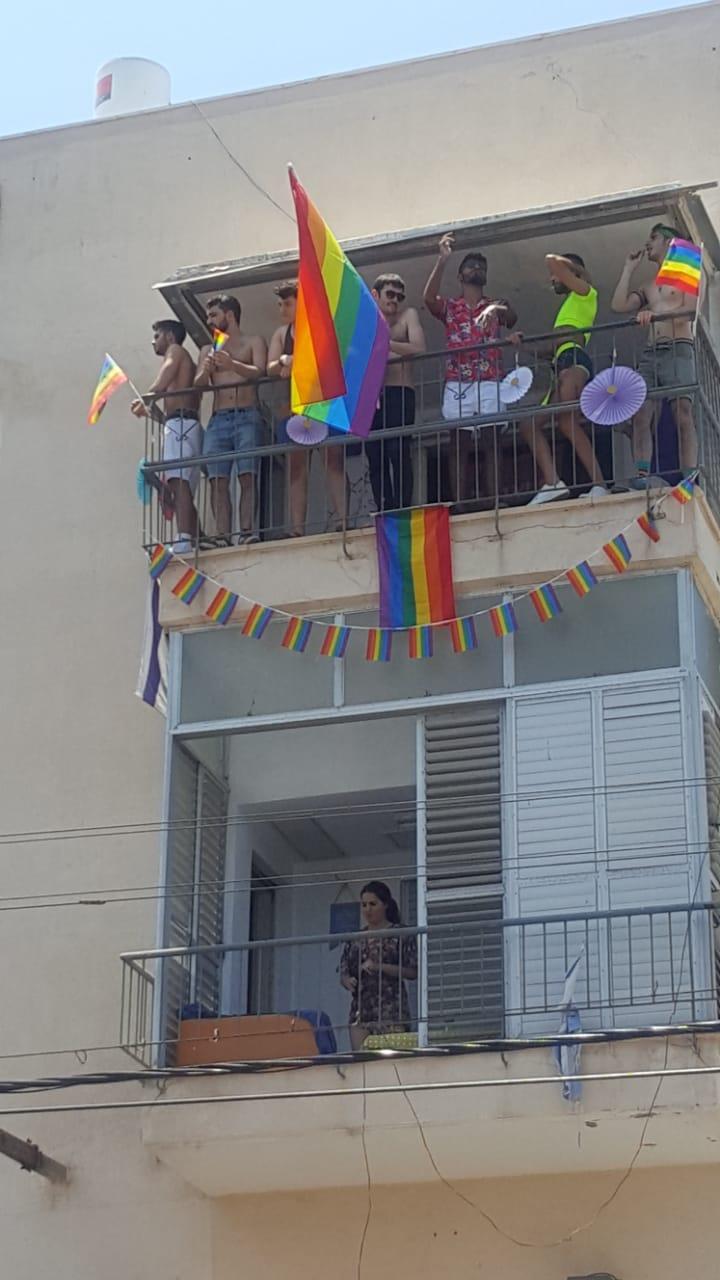 Часть горожан поддерживали шествующих с балконов