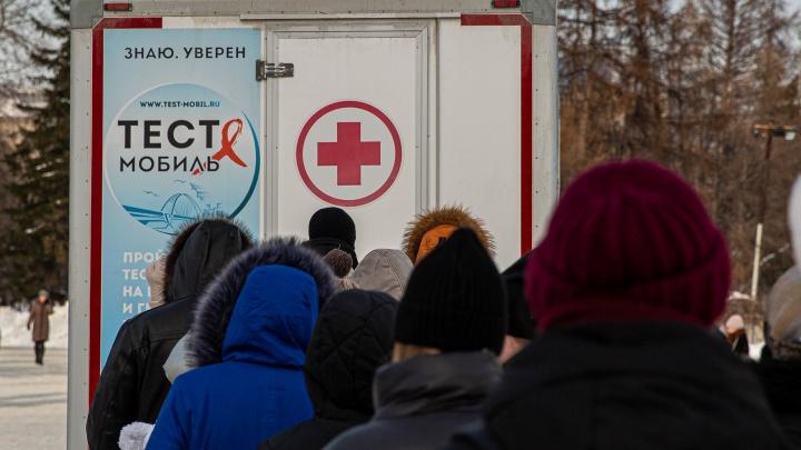 «Конечно, эпидемия — никто предохраняться не хочет». Люди в очереди к тест-мобилю — о ВИЧ и фильме Дудя