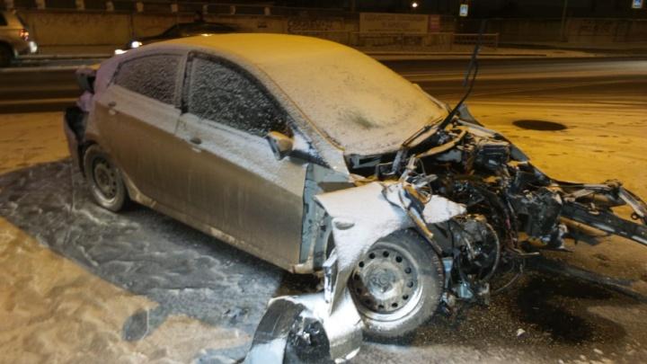 Мокрый снег спровоцировал огромное количество аварий в Екатеринбурге, есть пострадавшие
