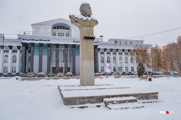 Фасад ДК Ленина и бюст Ильича легко угадывает каждый пермяк. Они практически не изменились с советских времен. Отличительная деталь — надувная рекламная фигурка клоуна, который напутственно машет рукой в сторону ресторана. Ильич смотрит в другую сторону