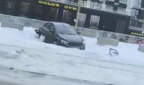 Машина перелетела через трамвайные рельсы: на Макаровском мосту столкнулись два автомобиля