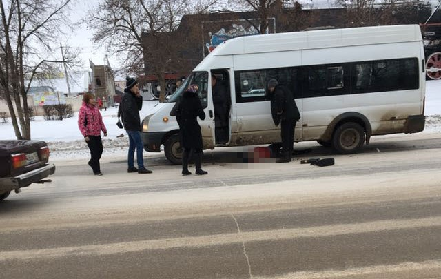 В Башкирии женщина поскользнулась и угодила под  маршрутку