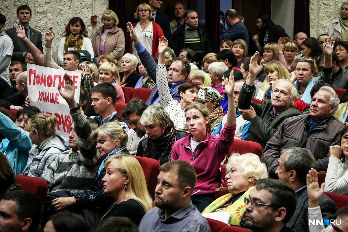 Группа людей пыталась привлечь своё внимание не только поднятыми руками, но и с помощью крупного плаката
