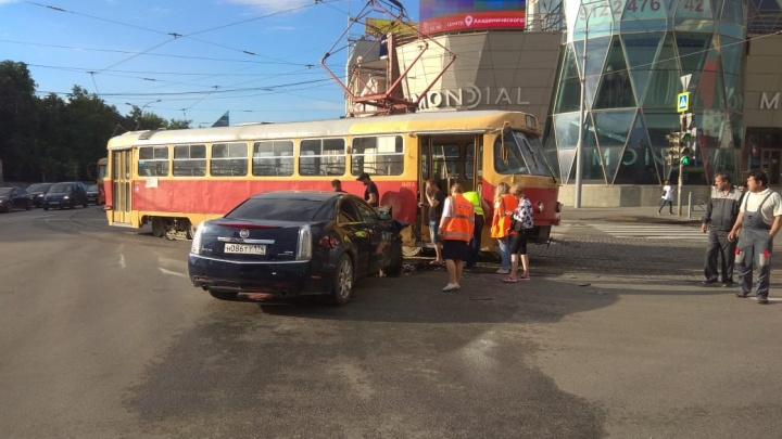 Cadillac протаранил трамвай у «Гринвича»