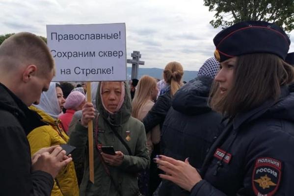 В крестном ходе несколько человек прошло с плакатами против строительства храма