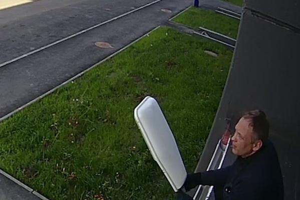 Мужчина, скрутивший оборудование, не учёл, что на подъезде может быть камера наблюдения