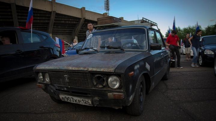 Две сотни автомобилей проехали по Красноярску с флагами России