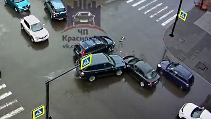 Из-за неработающего светофора на Мира — Декабристов столкнулись 3 авто: вокруг образовалась пробка